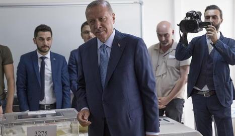 El president turc, Recep Tayyip Erdogan, introdueix el vot a l'urna per a les eleccions.