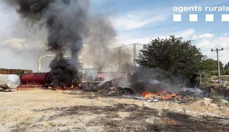 El foc va calcinar residus d'una empresa de farratges.