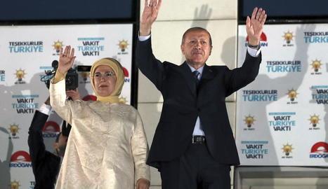 Erdogan i la seua dona saluden els seus simpatitzants després d'aconseguir la victòria en els comicis.
