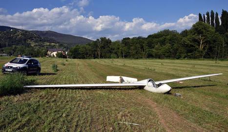 Estat en el qual va quedar el planador després d'impactar contra el camp, amb una roda i la cua arrancades.