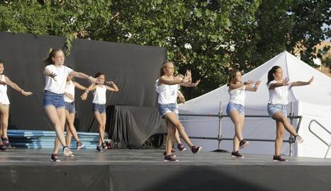 Un moment de l'actuació, ahir, de l'Escola de Dansa d'Alpicat.