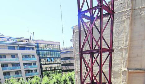 La gran estructura metàl·lica que es va instal·lar ahir al solar.