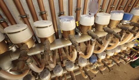 Imatge d'arxiu de comptadors d'aigua en un immoble.