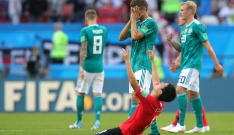 Un jugador coreà es mostra eufòric davant la desolació alemanya.