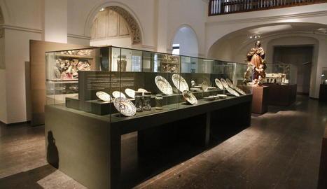 La taula cedida pel MNAC, esquerra, es va estrenar ahir al costat de les 4 de la col·lecció del Museu.