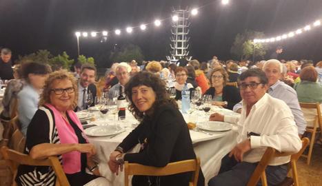 Festa inaugural ahir a la nit a Mas Blach i Jové, amb la consellera d'Agricultura i els impulsors de la Vinya dels Artistes. Dreta, Carlos Pazos (amb barret), al costat de l'obra.