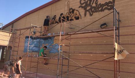 Imatge dels treballs per pintar el mural commemoratiu dels 40 anys dels Raiers de la Pobla.