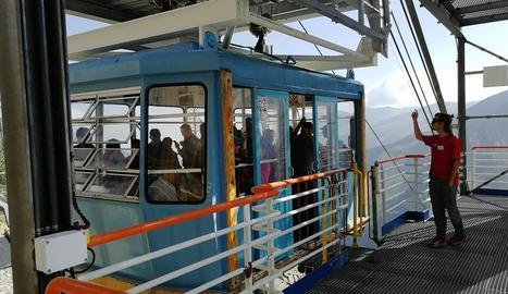 Alguns dels turistes que van estrenar ahir la temporada del telefèric de l'Estany Gento.