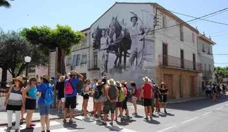 El grup d'adolescents de la Noguera i de l'Alt Empordà als carrers de Penelles on va iniciar la seua visita per la comarca.