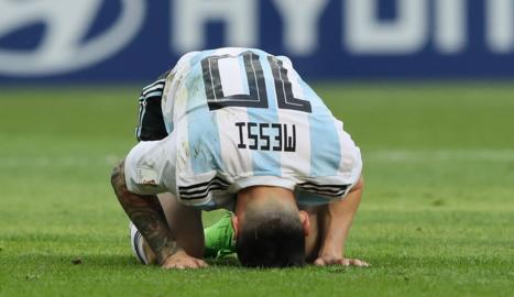 Messi, totalment abatut sobre la gespa, després de caure eliminada Argentina.