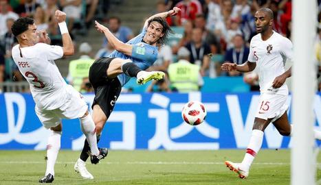 Cavani remata a porteria davant l'oposició de Pepe, ahir durant el partit.