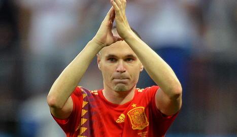 Iniesta aplaudeix el públic després de finalitzar el seu últim partit amb la selecció.