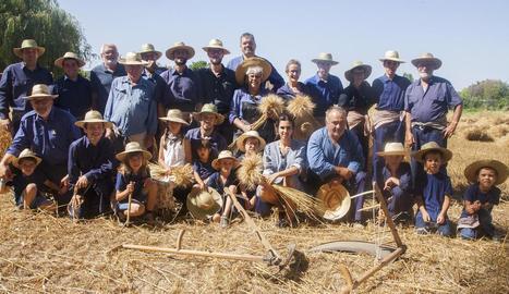 Fotografia de grup de la trentena de segadors, inclosos els més petits, ahir a la Fuliola.