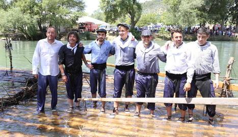 Fotografia de família d'una de les tripulacions que ahir van solcar les aigües de la Noguera Pallaresa.