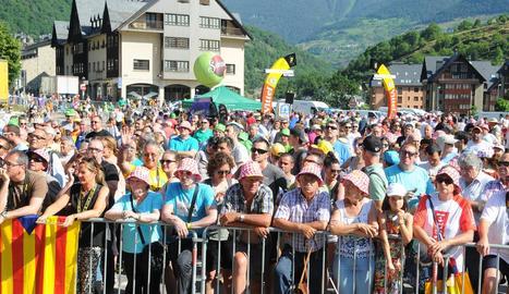 Aficionats al ciclisme esperen el pas dels corredors en una edició anterior del Tour a Aran.