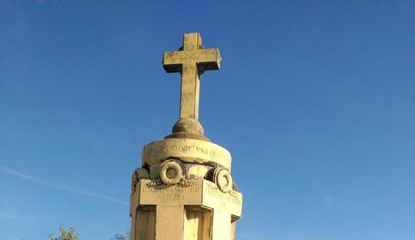 La creu pintada de groc.