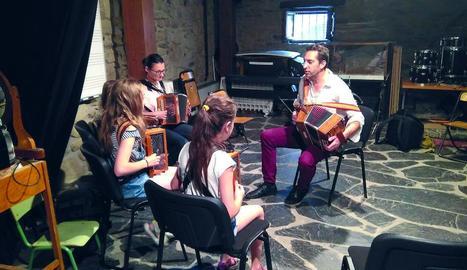 Concert del conjunt Ialma, diumenge a Son, i 'master class' d'acordió del belga Didier Laloy, ahir a l'Ecomuseu a Esterri d'Àneu.