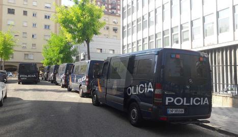Furgons de la Policia Nacional aquest dimarts al matí a la comissaria de Lleida.