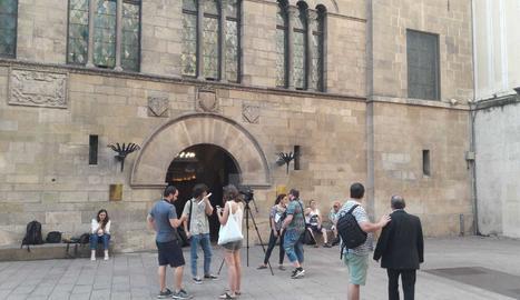 Mitjans de comunicació, davant del Palau de la Paeria.