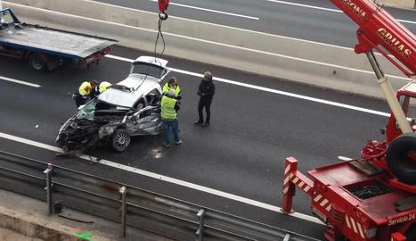El vehicle va caure per un talús d'onze metres d'altura després d'impactar contra la rotonda.