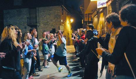 El ballarí i coreògraf Quim Bigas va protagonitzar una 'acció participativa' dilluns a la nit a Espot.