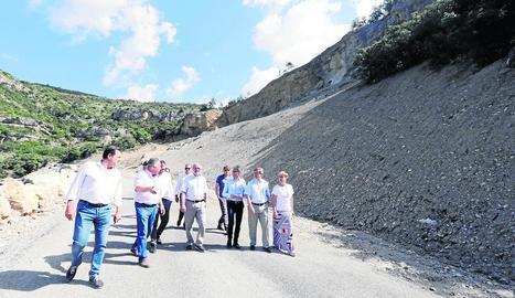 Reñé, al centre, visita la carretera de Castell de Mur amb representants polítics i tècnics.