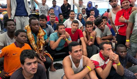 Migrants a bord del vaixell de l'ONG Proactiva Open Arms, al Mediterrani.