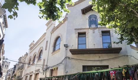 La façana de l'edifici de l'Ateneu de Guissona.