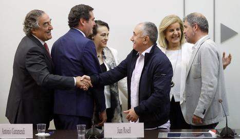 Patronals i sindicats es donen la mà després de la firma de l'acord.