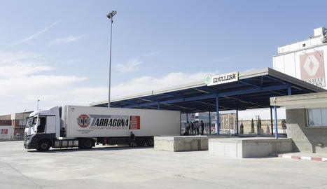 Un camió a la duana de Lleida, ahir.
