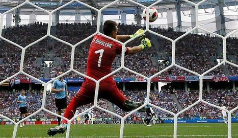 Fernando Muslera falla a l'hora d'atrapar el llançament llunyà de Griezmann, el segon gol.
