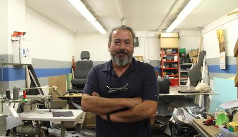 tapisser. El Torcuato, al seu taller de tapissaria de vehicles situat a Balàfia.