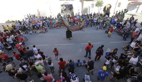 Desenes de persones es van donar cita ahir a la plaça Major d'Artesa per veure ballar les figures del bestiari.