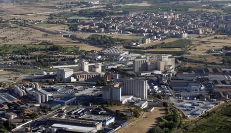 Vista aèria del polígon d'El Segre amb el barri de la Bordeta al fons.