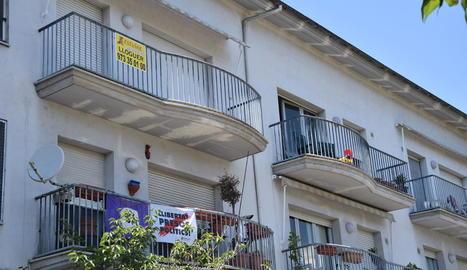 Imatge d'un cartell que anuncia un pis de lloguer a la Seu d'Urgell.