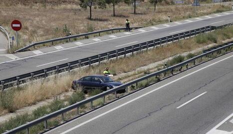 Dos grues retiraven ahir el camió accidentat dissabte a la nit a l'A-2 a Golmés.