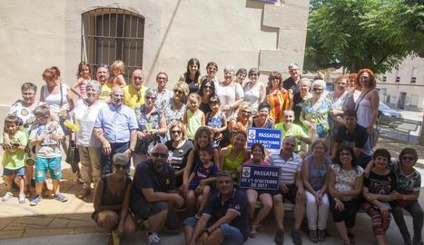 Foto de grup dels veïns que es van atansar ahir a la inauguració del passatge 1 d'Octubre.