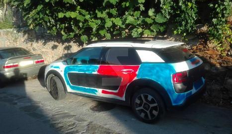 Denuncien pintades en un cotxe a Coll de Nargó