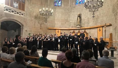 El convent de Sant Domènec es va omplir per escoltar la formació coral, que compleix setanta anys.
