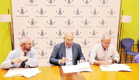 A l'esquerra, moment de la firma del conveni a la UdL. A la dreta, la presentació de la nova cooperativa.