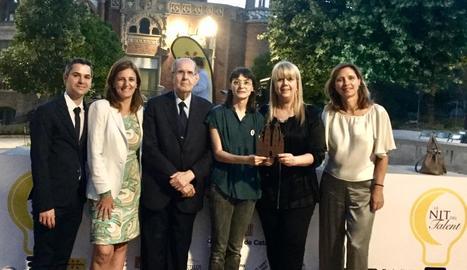 Al centre, Manuel Roure i, a la seua esquerra, Núria Baldrich i Núria Roure, a l'entrega del premi.