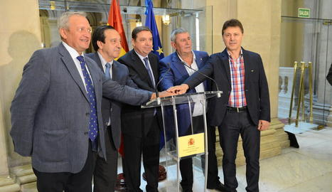 Imatge dels signants del document amb el ministre d'Agricultura, Luis Planas.