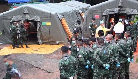 Membres dels serveis de rescat evacuen un dels nens en una ambulància.