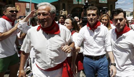 El popular Pablo Casado, ahir, mentre era increpat davant de l'ajuntament de Pamplona.