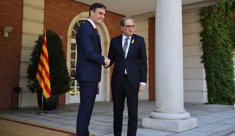 Pedro Sánchez i Quim Torra es van saludar amb aquesta encaixada davant dels periodistes a la porta de la Moncloa.