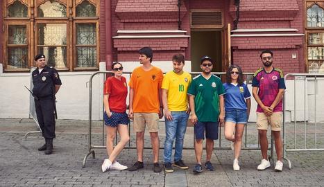 Recreen la bandera LGBTI a Moscou utilitzant les camises de la seva selecció