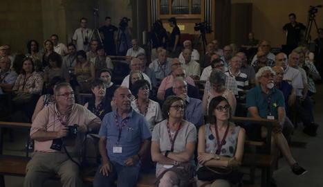 Assistents a la trobada durant la presentació de la digitalització.