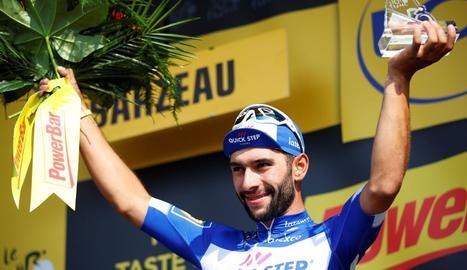 Fernando Gaviria celebra la seua segona victòria al Tour.