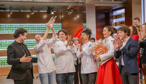 La guanyadora aixeca el trofeu davant del jurat i la seua companya i amiga Ketty.