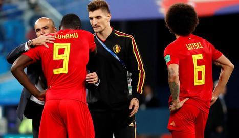 Robert Martínez consola el davanter Lukaku després del partit.